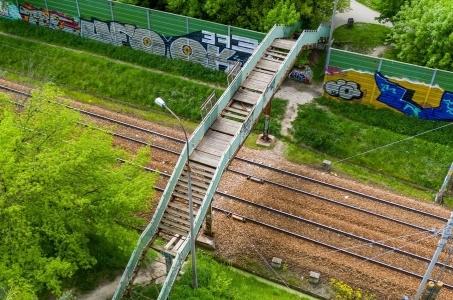 Kładka nad torami łącząca Południowy Rakowiec z parkiem Marka Kotańskiego na Okęciu zostanie rozebrana przez PKP.
